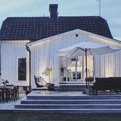 God natt ♡ Hoppas på sol i morgon så att vi kan inviga vår nya loungefåtölj från @caneline #myhome #caneline #outdoorliving #patio #altan #utemöbler #loungechair #strand&hvass #design #interior