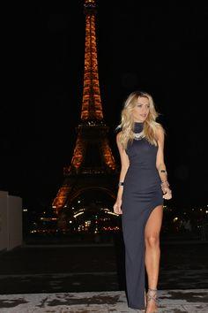 Editorial em Paris com vestido longo justo preto, com fenda e gola rolê by Karina Cruz avec Almada Brand.
