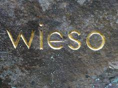 """""""Wieso"""", oeuvre d'herman de vries, mot gravé en lettre d'or dans un rocher d'Eschnau (Allemagne). #orcadredorure#hermandevries#stone#art#gold#eschenau Les Oeuvres, Contemporary Art, Gold, Gold Letters, Germany, Landscape, Modern Art, Contemporary Artwork, Yellow"""