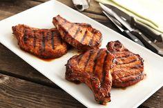 Une marinade maison et une savoureuse sauce barbecue classique rehausseront la saveur de vos côtelettes de porc grillées.