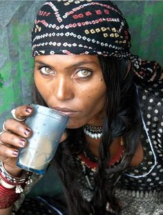 Romani woman (the pejorative term is gypsy. Try not to say gypsy, instead say Rom, Romany, or Romani. Beautiful Eyes, Beautiful People, Beautiful Women, Amazing Eyes, We Are The World, People Around The World, Des Femmes D Gitanes, Foto Portrait, Woman Portrait