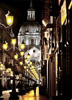 Vista nocturna de la calle Alfonso y al final el Pilar, Zaragoza España.