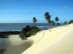 Natal, cidade no Rio Grande do Norte, onde o vento faz a curva literalmente. E os ares fortes que sopram por aqui moldam o litoral potiguar, formando uma paisagem de belíssimas falésias e dunas.