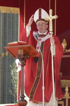 Franciscus Easter Celebrations at the Vatican - Le véritable pouvoir est le service. Comme Jésus l'a fait, lui qui n'est pas venu pour se faire servir mais pour servir. Et son service a été précisément un service de la croix : il s'est abaissé, jusqu'à la mort, la mort sur la Croix, pour nous ; pour nous servir, pour nous sauver. Homélie du 22 mai 2013