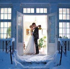 Optez pour une séance couple en hiver, sous la neige ou au coin du feu pour des photos souvenirs inoubliables.