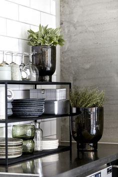 Zwart rek voor servies op het aanrecht - bekijk en koop de producten van dit beeld op shopinstijl.nl
