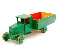 Green en red lacquered wooden toy truck Expeditie design Ko Verzuu ca.1935 executed by ADO Arbeid Door Onvolwaardigen Berg en Bosch / the Netherlands