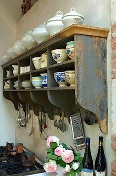 Fotos via make room for living Vcs já sabem que adoro cozinhas assim, rústicas e sem frescuras…mas o que me chamou atenção foi esse móvel na parede, exatamente o que eu estou querendo pra min…