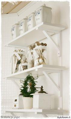 keittiö,valkoinen,maalaisromantiikka,viherkasvi,koriste-esineet Decor, White Vintage, Sweet Home, Floating Shelves, House, Entry Hallway, Utensil Storage, Home Decor, Romantic Homes