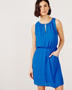 This light sleeveless dress will be your go-to this summer. Whether it is for a shopping day with the girls or a romantic date night, you'll stay fresh and comfortable all day long. <br /><br />- Sleeveless<br />- Waist tie<br />- Side pockets<br />- Boat neck with V insert and metal tab<br />- Shirring details