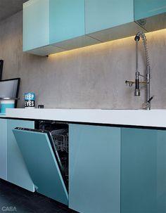 Apartamento de 95 m² ficou lindo decorado em tons pastel - detalhe da máquina de lavar louças embutida no armário