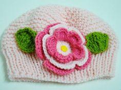 Gorrinho super fofo com carinha de primavera, as cores podem ser personalizadas de acordo com seu gosto. O material é macio e anti-alérgico, com aplique de flor e folhas em crochê.  *u* R$ 45,00