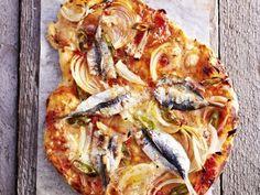 Scharfe Pizza mit Sardinen und Zwiebeln