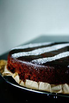 Das Geheimnis dieses Schokoladenkuchens ist eine Zutat, die ihr darin niemals vermuten würdet. Süße, schwarze Bohnenpaste! Kannte ich bis ...