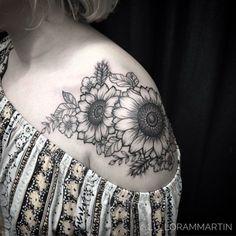 Watercolor sunflower tattoo black and white daisies 32 Ideas Watercolor Sunflower Tattoo, Sunflower Tattoo Sleeve, Sunflower Tattoo Shoulder, Sunflower Tattoos, Watercolor Tattoos, Flower Thigh Tattoos, Black Rose Tattoos, Tattoo Black, Black And White Flower Tattoo