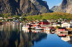 Reine é uma vila de pescadores e desde 1743 é um centro comercial reconhecido internacionalmente. Ap... - iSotck