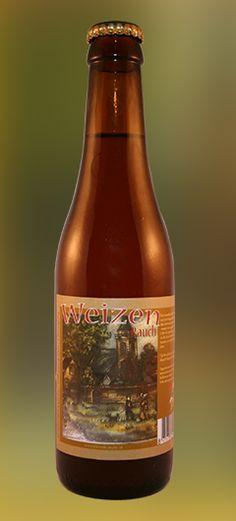 Rauch Weizen • 7.5% / Een karakeristiek Weizenbier met een iets hoger alcohol percentage dan normaal, met een rookgeur en -smaak door gebruik van rookmout. Ook de typische geur van kruidnagel en licht waarneembare tonen van banaan en vanille horen bij dit type bier.  Op de Afbeelding ziet u een sfeerbeeld van het dorp Hillegom rond 1600.  Ongefilterd en ongepasteuriseerd