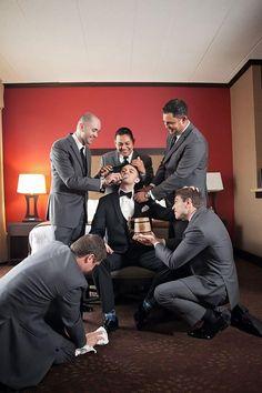 must have wedding photos-groom-getting-ready-with-groomsmen-funny-photo-IL Weddi… muss Hochzeitsfotos-Bräutigam-immer-bereit-mit-Groomsmen-lustig-Foto-IL-Hochzeitsfotografie haben Funny Wedding Photography, Funny Wedding Photos, Wedding Pictures, Wedding Ideas, Trendy Wedding, Wedding Planning, Party Pictures, Bridal Photography, Hair Pictures