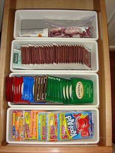 Utilize potes organizadores dentro das gavetas. Muito prático e funcional.