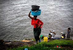 Ela é bem pequena, talvez minúscula, cercada por um mar bem azul e rico em peixes, que devem representar um volume maior do que os 131 habitantes. Para quem olha de longe, acha que a ilha Migingo, no Lago Vitória – África Oriental – não vale nada, mas o espaço tem sido motivo de briga constante entre dois países vizinhos: Quênia e Uganda. Cada um faz suas devidas reclamações sobre posse de território, alegando que a ilha pertence ao seu lado. A tensão se espalha pelos pescadores, que…