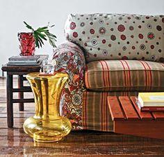 CASA MIDDAS: Sofás forrados com um mix de tecidos trazem um estilo despojado e irreverente ao ambiente