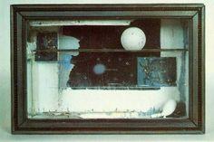 josef cornell (1903-72)   Müzedeki sergileme camekanına benzeyen kutuda, çeşitlerine göre ayrılmış ve dikkatle yerleştirilmiş öğeler ile tutulma sırasında sıklıkla hissedilen gizemli, sihirli havayı taşıyan fotoğraflar yer alır.