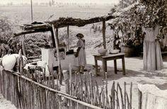 Főzés nyári tűzhelyen, szín alatt - Kiskunhalas, Alsószállás puszta, 1958.  Fotó: Janó Ákos / Thorma János Múzeum / http://goo.gl/j3vdyJ