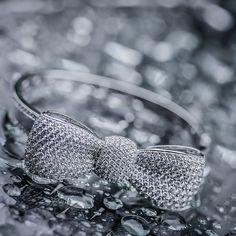 A unique piece, crushed in diamonds. - Bow Diamond Bangle