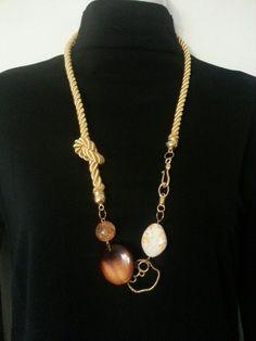 Collar largo en cordon de seda y piedras acrilicasLong cord necklace.