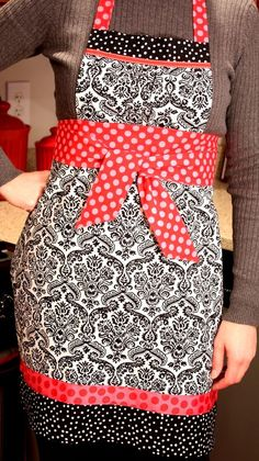 Shelley Detton from 7 Layer Studio shows how to make this apron with an empire waist and a gathered bib. Go to the tutorial. [photo from 7 Layer Studio] [tags]sewing, tutorial, empire waist, apron… Apron Tutorial, Wallet Tutorial, Pillow Tutorial, Bow Tutorial, Sewing Hacks, Sewing Tutorials, Sewing Projects, Sewing Ideas, Free Tutorials