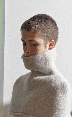 Buzz cut and shoulder cozy. Thin Hair Styles For Women, Short Hair Styles, Short Pixie, Short Hair Cuts, Buzzed Hair Women, Really Short Haircuts, Pixie Haircut 2016, Buzz Cut Women, Buzz Cuts