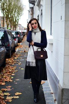 Collection Automne/Hiver 2015 Balsamik - Jupe longue en faux cuir, pull marin court portés par la blogueuse Ellyn du blog The heels. La jupe: http://www.balsamik.fr/jupe-longue-en-faux-cuir-noir.htm?ProductId=006203323&FiltreCouleur=6559&t=1 Le pull: http://www.balsamik.fr/pull-marin-court-bleu-marine.htm?ProductId=011014491&FiltreCouleur=6399&t=1
