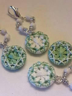 Ein Set aus 4 kleinen Dorset Knopf Stich Wächter zum Selbermachen. Jeder Dorset-Knopf hat einen Durchmesser von 15mm und einem Perlen Draht zu finden, verbinden mit einem versilberten Verschluss. Schließen Sie einfach in Ihrem Leben Schleife, Reisen oder markieren Sie Stiche zu, wie