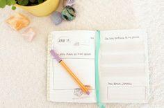 Un journal positif à télécharger . Chaque jour, apprenez à reconnaitre le bonheur dans votre quotidien en notant les 3 pensées positives de votre journée .
