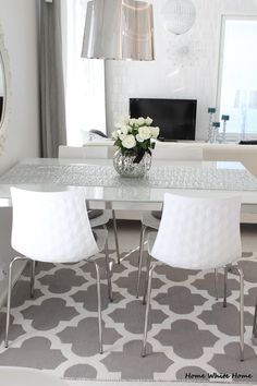 White roses and Calligaris Ice - Home White Home Living Room Kitchen, Dining Room, Dining Table, Scandinavian Kitchen, White Houses, Inspired Homes, Interior Design, Interior Ideas, Sweet Home