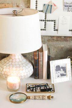 Painel de couro com tachinhas + livros.
