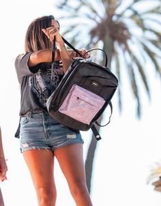 mochila-negra-bolsillo-lila-2 Color Negra, Back To School, Bags, Fashion, Shopping, Black Backpack, School Backpacks, Pockets, Lilac
