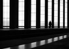A chi non è capitato di passeggiare da solo, di attraversare chiuso nei propri pensieri la geometria di strade e palazzi. Fin qui niente di strano. Ma questo passeggiare solitario può diventare poesia, o quantomeno un attimo pieno di intimità se viene colto da uno sguardo. O da uno scatto che sappia immortalare la pienezza (anche se alle volte malinconica) di quella solitudine incastonata nell'architettura urbana. È quello che ha saputo fare  il fotografo tedescoKai Ziehl nel suo nuovo…