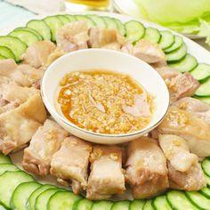 ライスにのっけてもおいしいシンガポール名物「ジンジャーチキン」!プリップリのお肉に甘じょっぱいジンジャーソースをかけていただきます♩もはや説明不要。簡単すぎて、おいしすぎ!リピ確定の鶏肉料理です!