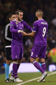 Real Madrid's Welsh striker Gareth Bale comes on for Real Madrid's French striker Karim Benzema (R) during the UEFA Champions League final football match between Juventus and Real Madrid at The Principality Stadium in Cardiff, south Wales, on June 3, 2017. / AFP PHOTO / JAVIER SORIANO