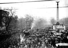 Crowds_watch_a_WW1_tank_on_University_Avenue.jpg (1015×710)