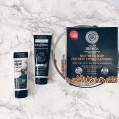 Είστε έτοιμες για το πιο dark & black post που θα κάνει το δέρμα μας να ακτινοβολεί; Αν θέλετε να ζήσετε την πιο αληθινή skincare εμπειρία καθαρισμού και αποτοξίνωσης, τότε πρέπει να δοκιμάσετε cleansers και face masks με άνθρακα και sea muds.