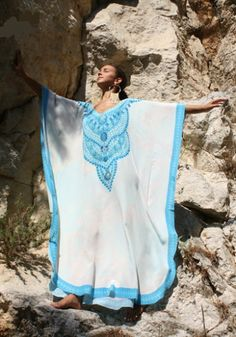 Dazzling silk kaftan white Saphir with blue ornements embellished with crystal – Saphir