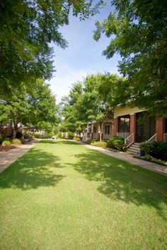 Bungalow Court - a grouping of houses on a central green space. Co Housing Community, Tiny House Community, Small Tiny House, Tiny House Plans, Tiny House Village, Tiny Houses, Pocket Neighborhood, Cluster House, Open House Signs