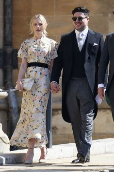 Carey Mulligan and her Marcus Mumford attended St George's Chapel in Windsor Castle for the royal wedding of Prince Harry to Meghan Markle this morning (May in Windsor, England. Royal Wedding Guests Outfits, Wedding Outfits For Family Members, Royal Weddings, Marcus Mumford, Mumford Sons, Carey Mulligan, Meghan Markle, Pippa Middleton, Celebrity Couples