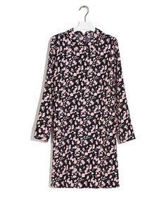 Jurk flower crepe - Soepelvallende jurk van een comfortabele technische kwaliteit met elastan, uitgevoerd met een grafisch bloemdessin. Het model heeft een klein puntig kraagje en sluit met een rij parelmoer knoopjes aan de achterzijde.