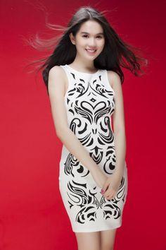 Ngọc Trinh với kiểu đầm ôm dáng khoe đường cong