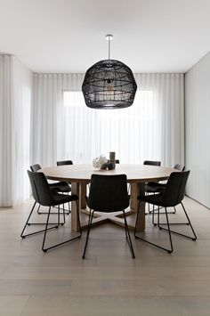 50 Beautiful Scandinavian Dining Room Design Ideas - Now it is easy to dine in style with traditional Swedish dining chairs. Entertain friends as well as show off your wonderful Swedish home furniture. Round Wooden Dining Table, Dining Table Design, Round Tables, Oak Table, Rustic Table, Esstisch Design, Dining Room Inspiration, Upholstered Dining Chairs, Dining Chair Set