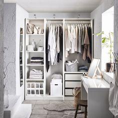 PAX garderobekast | IKEA IKEAnl IKEAnederland kast kledingkast opbergen opberger opbergmeubel kleding slaapkamer kamer inspiratie wooninspiratie interieur wooninterieur wit laden lades ladeblok planten MALM bureau closet KOMPLEMENT