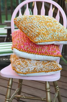 How to make a quick chunky knit pillow using yarn from your stash by knitting with a big needle and multiple strands of yarn from your stash!